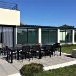 Le jardin avec la table de salon de jardin sur la terrasse Villa Belle Île