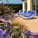 Terrasse avec transats et jacuzzi à la Villa Groix