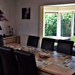 Table à manger de 8 personnes avec un grand séjour ouvert à la villa St Cado