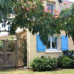 la façade et le jardin de la villa St Cado dans le Morbihan à Plouhinec