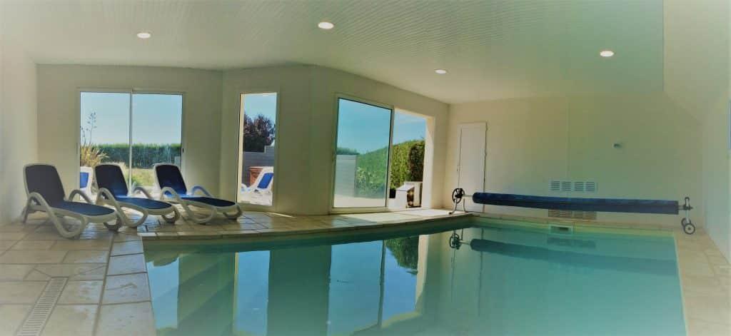 Piscine intérieure privée chauffée à 29° à la Villa Groix située à Plouhinec