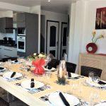 Cuisine Américaine équipée avec une table à manger à la Villa Belle Île