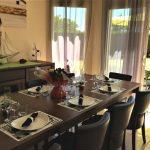 Séjour ouvert donnant sur la cuisine et le salon équipé d'une grande table à manger