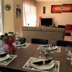 le séjour exposée sud équipé du salon et table à manger