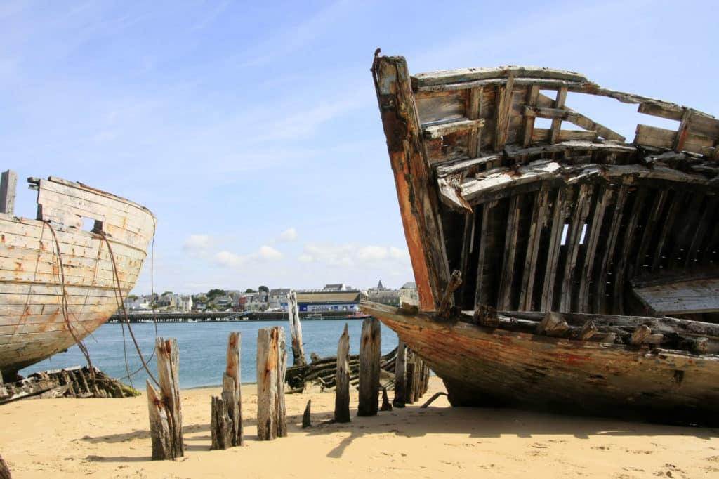 Cimetière des bateaux du Magouër par Loic Kersuzan pour CRT Bretagne - Plages ouvertes du Morbihan, Villas de la ria d'Etel